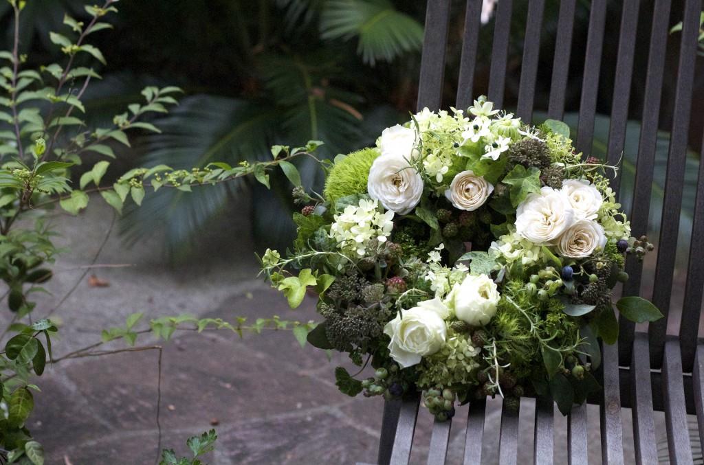 花のアトリエゆうゆ フラワーアレンジメント 白バラとブルーベリーのフレッシュリース