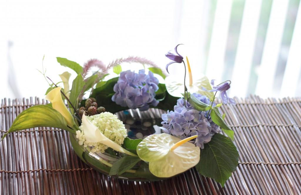 花のアトリエゆうゆ フラワーアレンジメント ガラスの水盤のクレマチスと紫陽花
