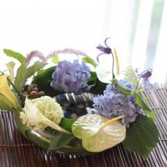 ガラスの水盤のクレマチスと紫陽花